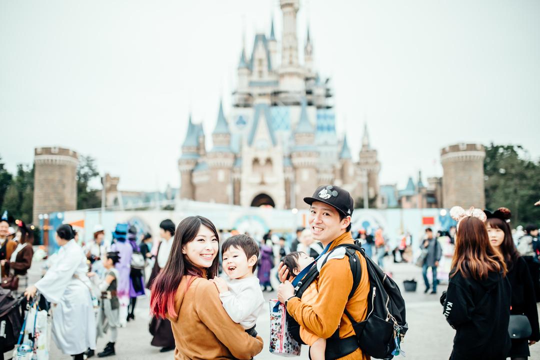 シンデレラ城と写る家族